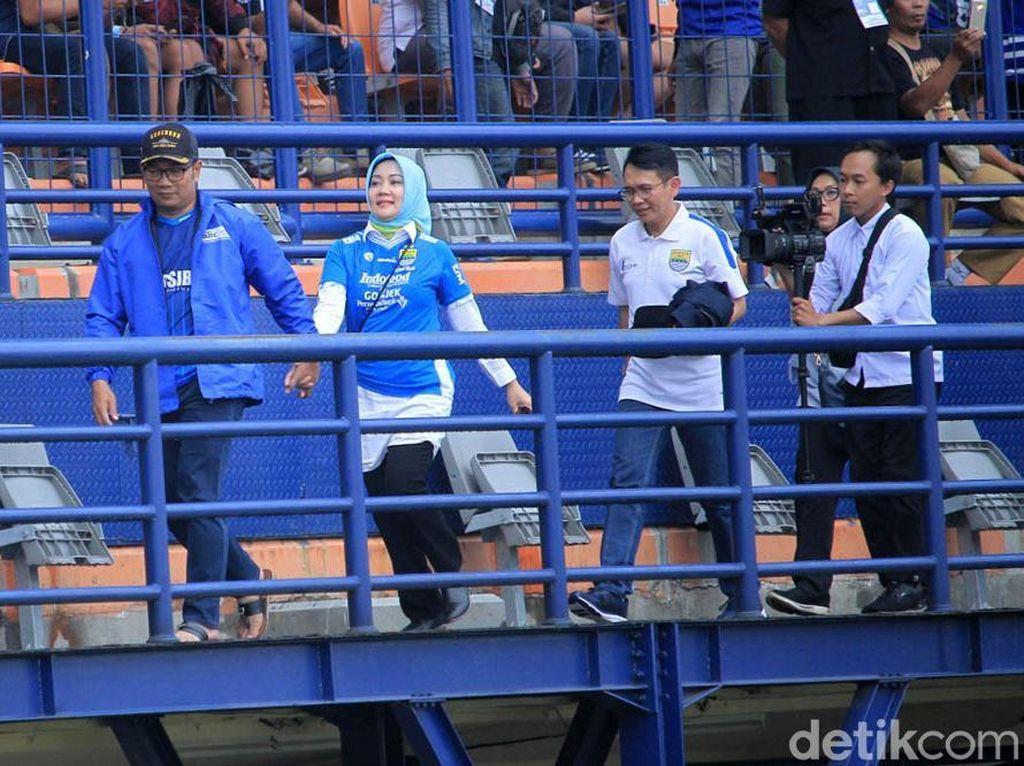 Romantis Euy! Ridwan Kamil Bareng Istri Nonton Persib vs Arema