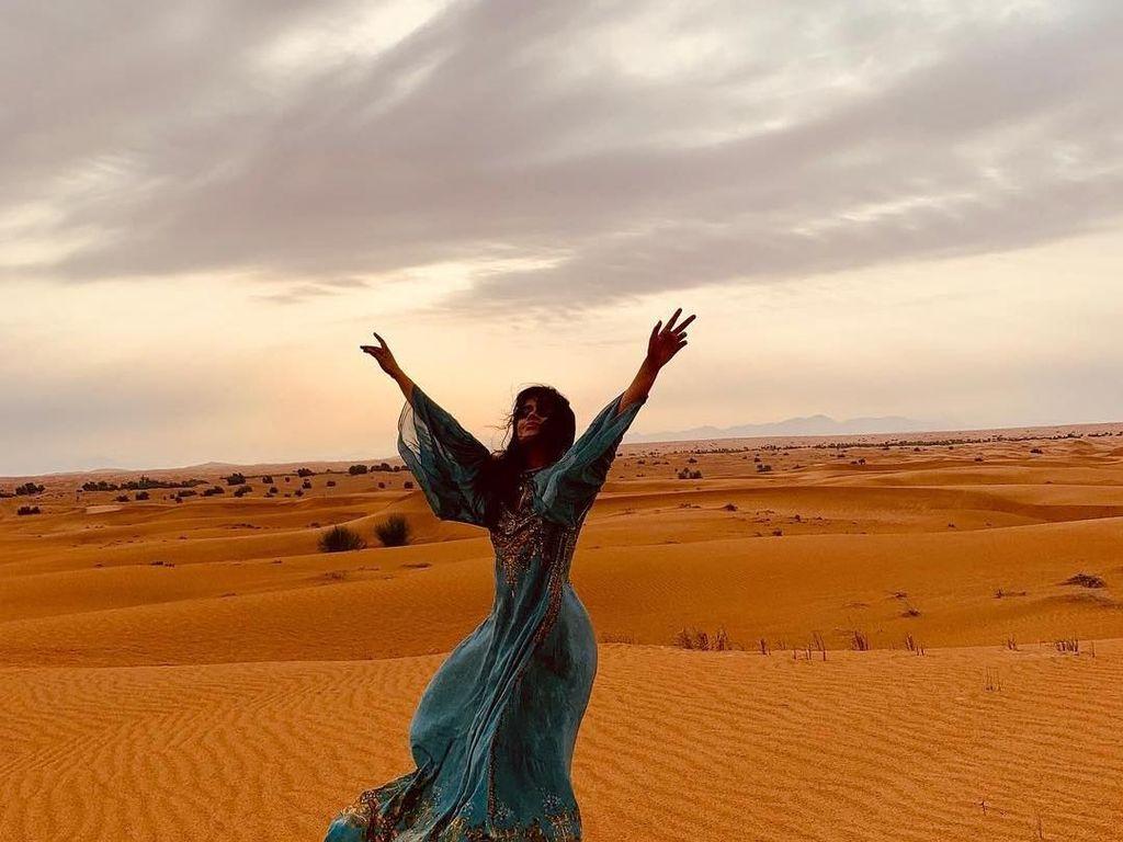 Camila Cabello Sebut Gurun Pasir Dubai Sebagai Lukisan di Bumi