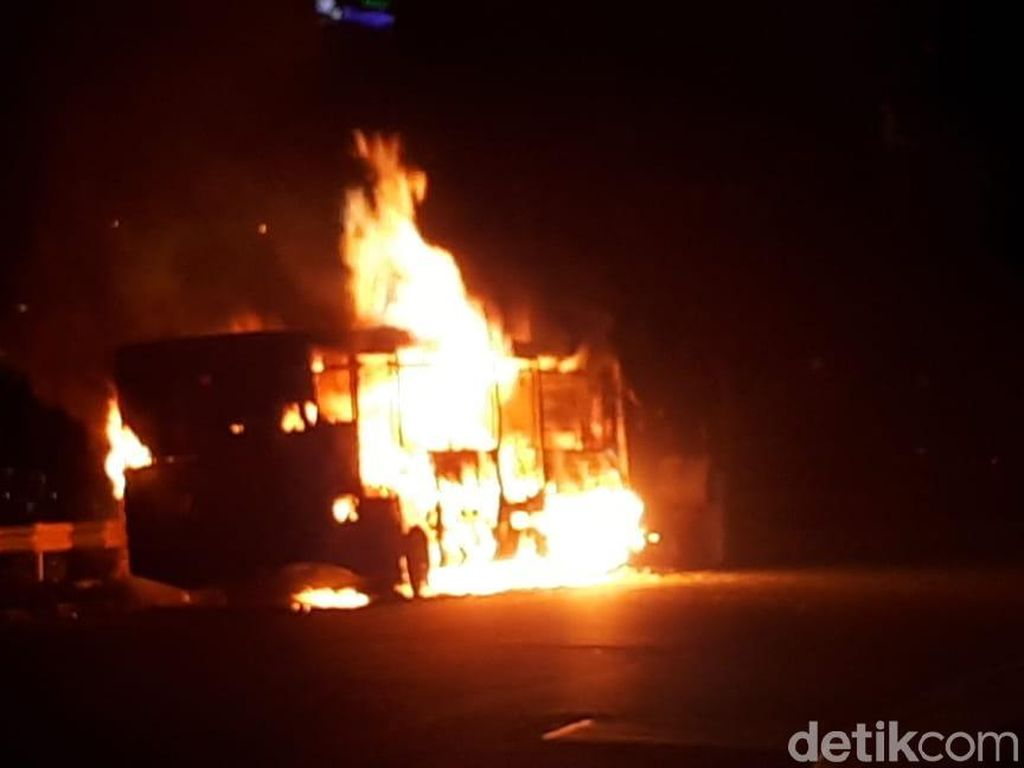 TransJ Terbakar di Dekat Pasar Baru, 6 Mobil Damkar Dikerahkan