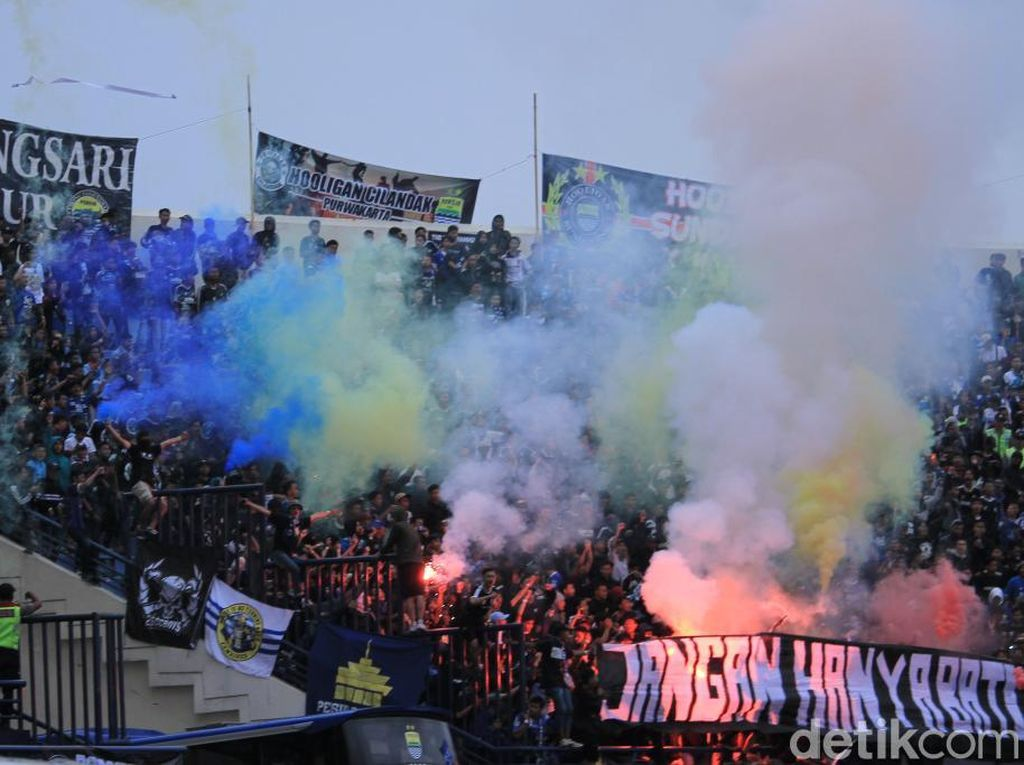 Warna-warni Flare dan Smoke Bomb di Jalak Harupat
