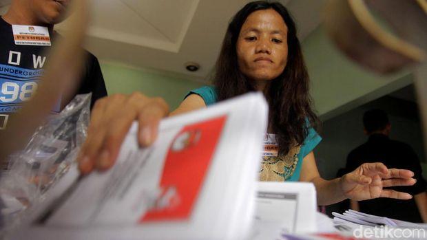 KPU DKI Jakarta mulai melakukan pelipatan dan penyortiran surat suara. Nantinya surat suara itu akan didistribusikan sebelum penyelenggaraan Pemilu 2019.