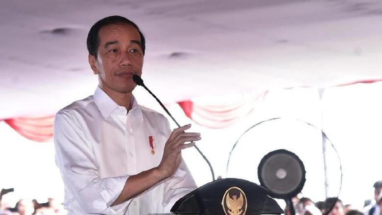 Jokowi dan Iriana Jalan Santai Bersama Warga Kendari