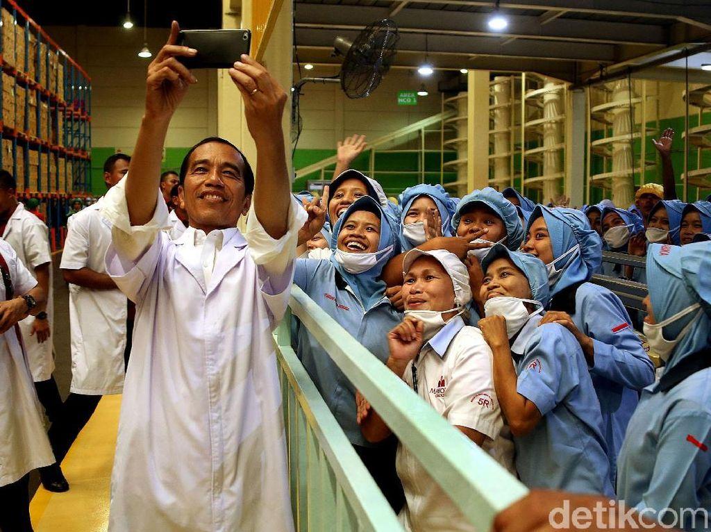 Gaya Jokowi Swafoto Bersama Karyawan di Pabrik Mayora