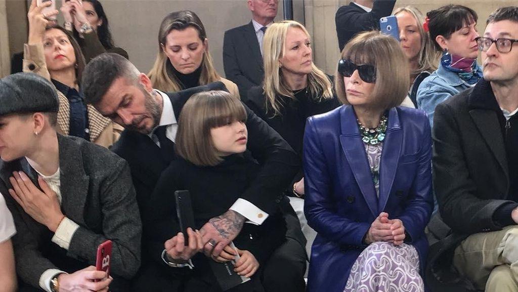 Makin Stylish, Harper Beckham Tampil Mirip Anna Wintour di Show Victoria