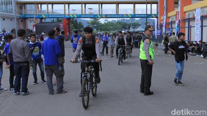 Polisi bersepeda kawal Perisb Bandung vs Arema FC. (Wisma Putra/detikSport)