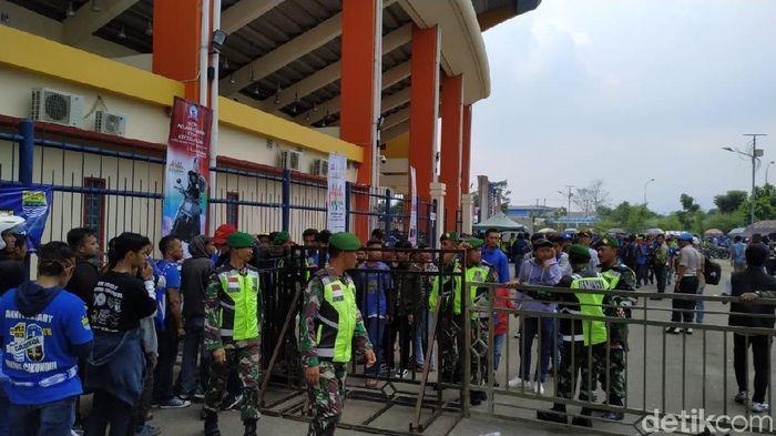 Bobotoh mengantre masuk Stadion Si Jalak Harupat sejak siang. (Mukhlis Dinillah/detikSport)