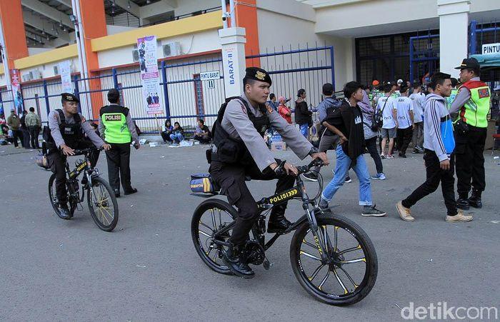 Polisi bersepeda dikerahkan untuk mengamankan laga leg pertama babak 16 besar Piala Indonesia antara Persib Bandung melawan Arema FC di Stadion Si Jalak Harupat, Senin (18/2/2019).