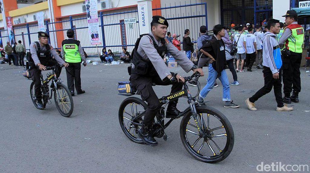 Polisi Bersepeda Amankan Laga Persib vs Arema
