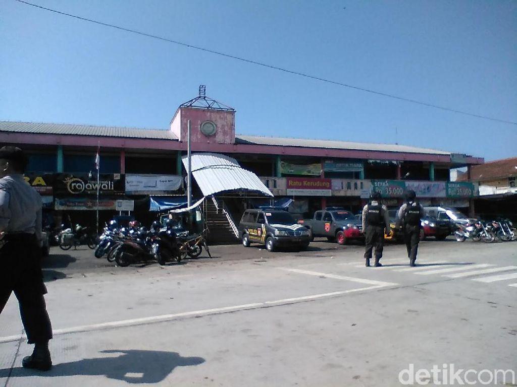 Polisi Bawa Bungkusan dari Lokasi Ledakan di Pasar Sampang Cilacap