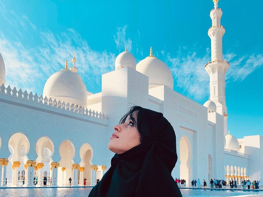 Foto: Camila Cabello, Masjid dan Gurun pasir