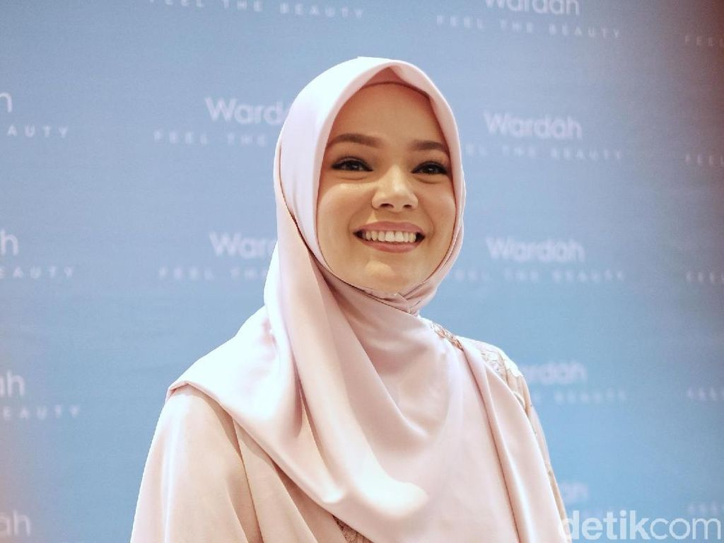 7 Fakta Dewi Sandra, Pindah Keyakinan Dua Kali
