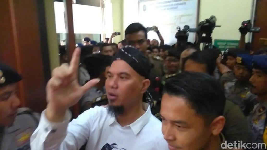 Eksepsi Ditolak, Dhani Tetap Salam Dua Jari