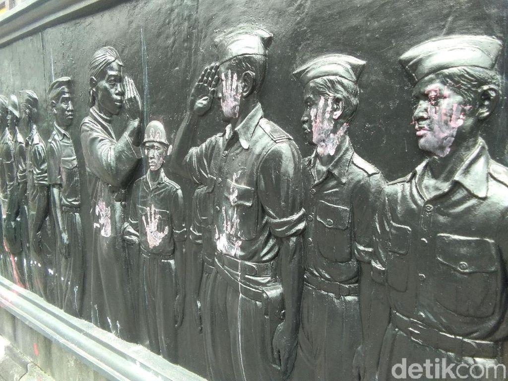 Relief di Monumen Serangan Umum 1 Maret Yogya Dicoret-coret