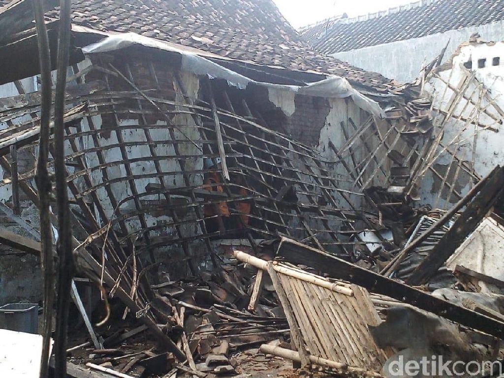 Hujan Deras Disertai Angin Ratakan Sebuah Rumah di Kota Madiun