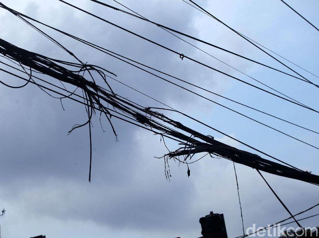 Bahaya! Kabel Semrawut Ini Putus Gegara Terbakar
