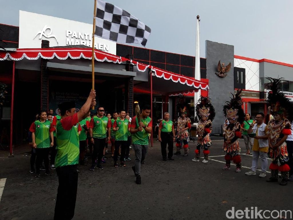 Sambutan Tari Topeng untuk Kirab Api Cinta Jokowi-Maruf di Boyolali