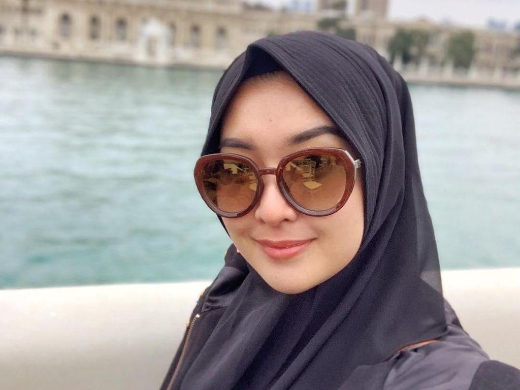Kevin Liliana Pakai Hijab Saat Umrah, Netizen Kompak Bilang Makin Cantik