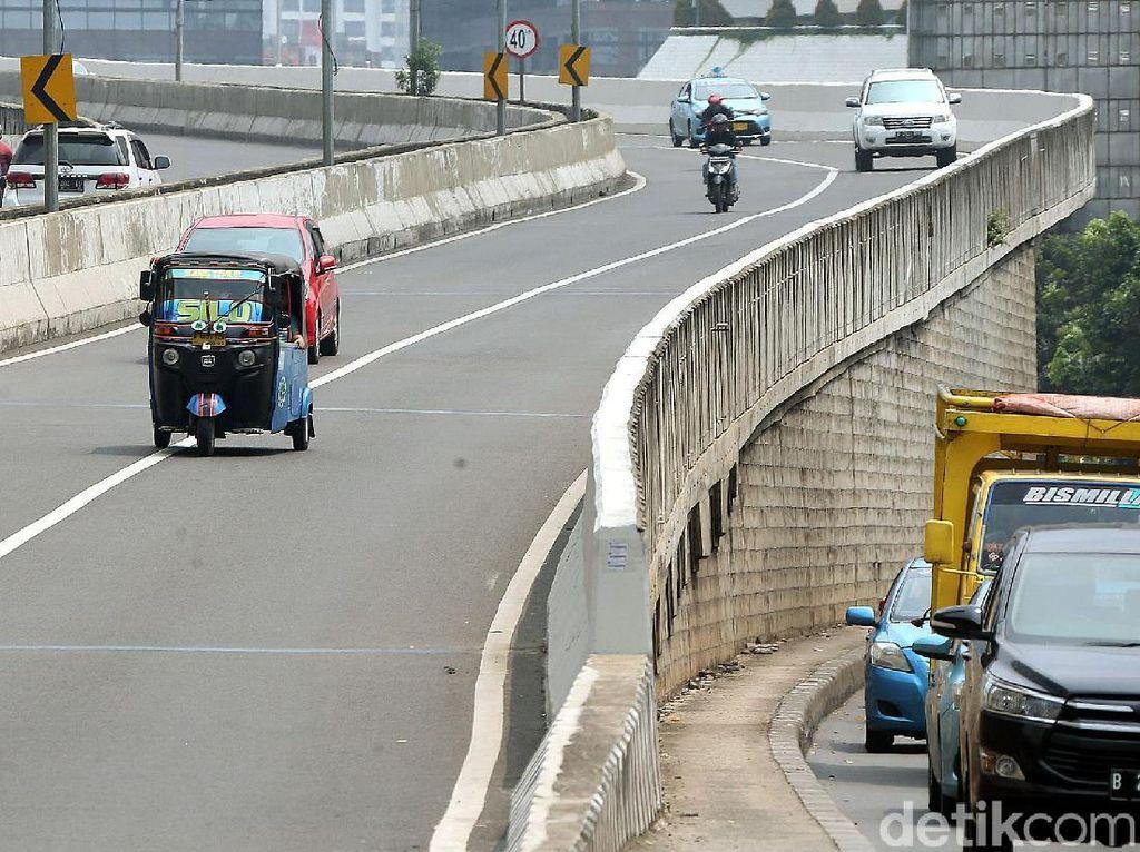 Gaspol! Bajaj dan Pemotor Nekat Terobos JLNT Kasablanka