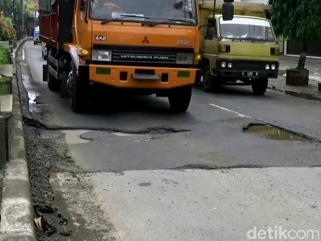 Truk di Pantura Keluar Masuk Tol Demi Hindari Jembatan Timbang