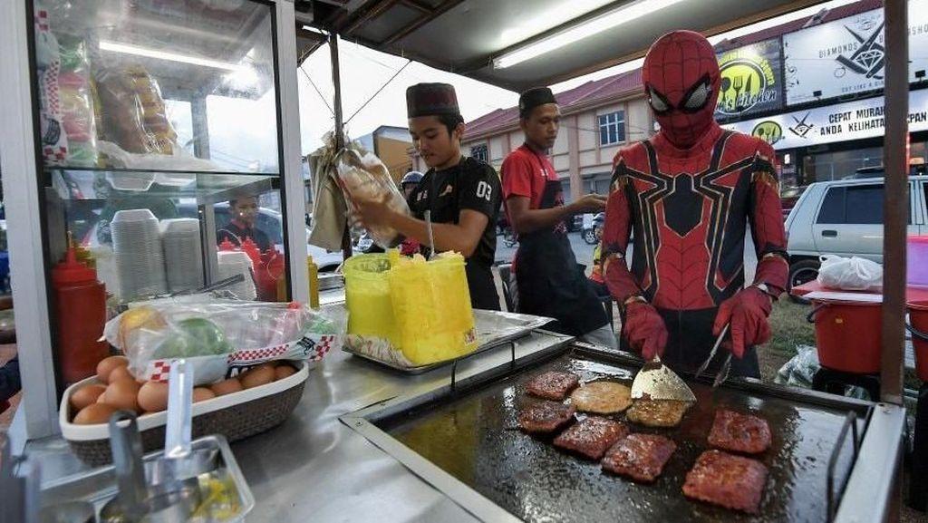 Kreatif! Ini Penjual Makanan yang Pakai Kostum dan Spanduk Kartun Populer