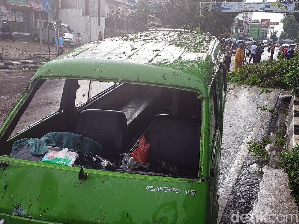 Hantaman Batang Pohon Tua Rusak Angkot di Sukabumi