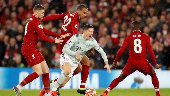 Pemain Liverpool mengadang striker Bayern Munich, Robert Lewandowski. (Foto: Carl Recine/Action Images via Reuters)