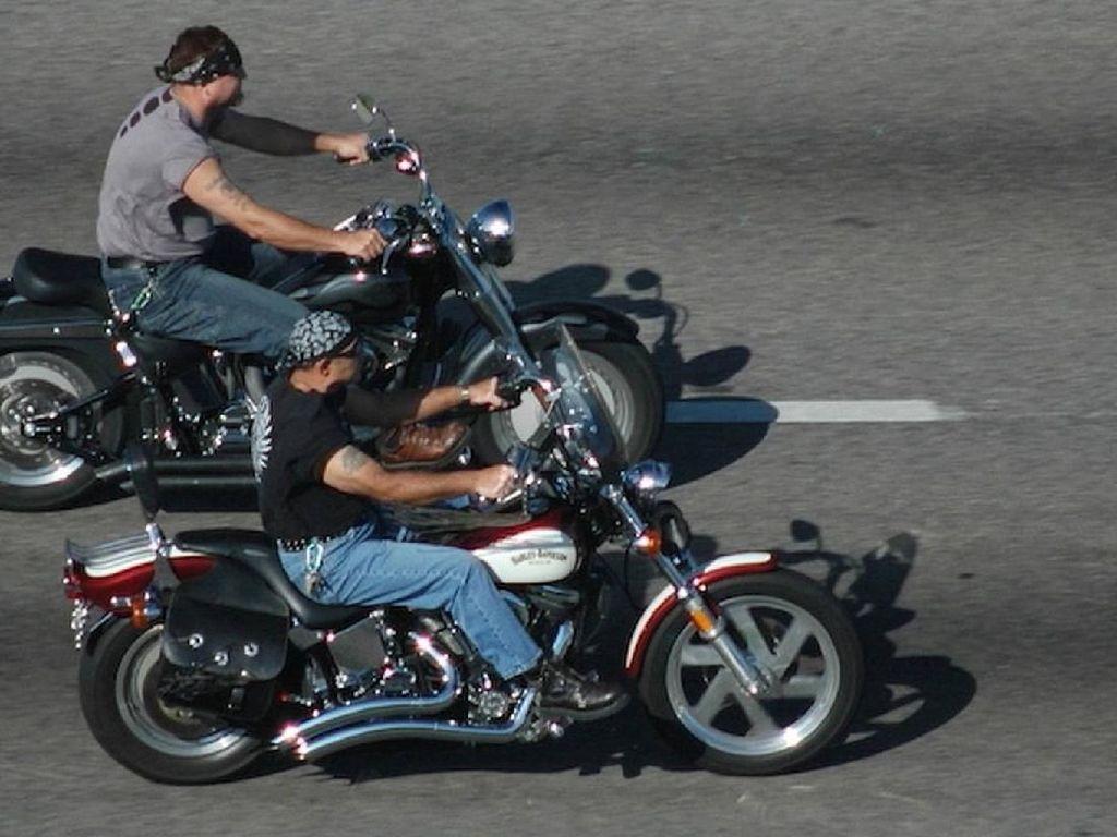Naik Motor Tanpa Helm di Negara Ini Takkan Ditilang