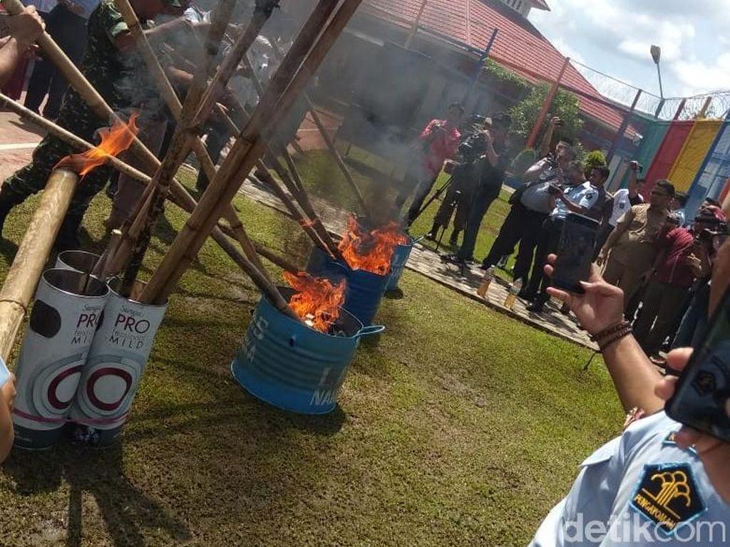 Ribuan HP Milik Napi di Lapas Jambi Dibakar