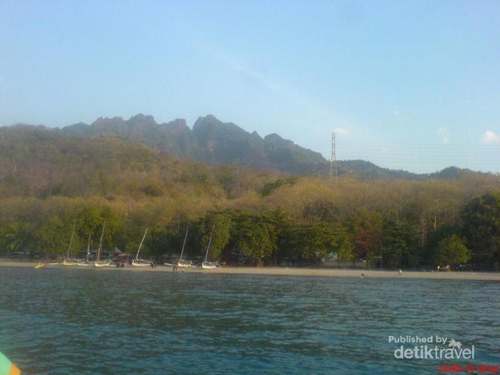Foto: Pantai Pasir Putih Situbondo dan Sandiaga Uno
