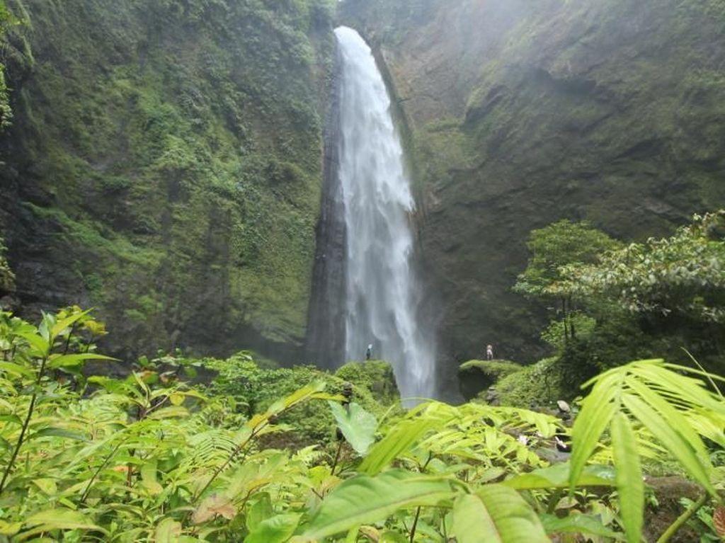 Indahnya Air Terjun Kabut Pelangi di Gunung Semeru