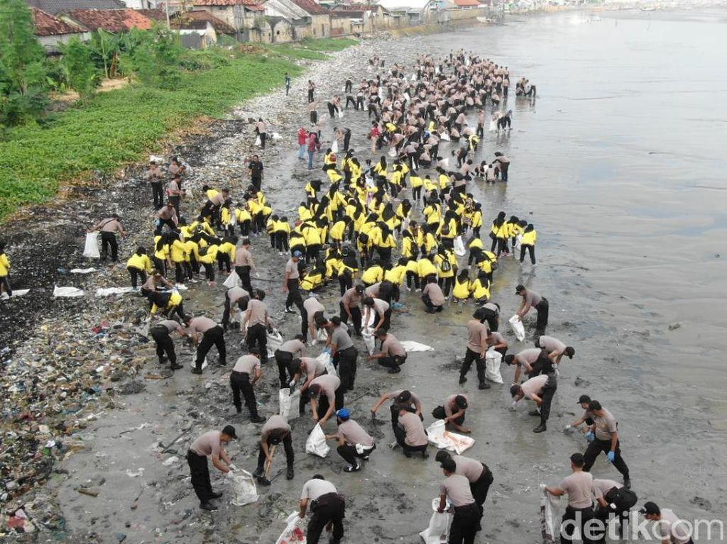 Wow... Pantai Boom Diserbu Ribuan Tim Sapu Bersih Sampah