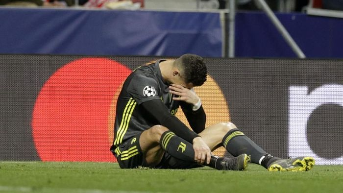 Cristiano Ronaldo memble di kandang Atletico Madrid (AP Photo/Andrea Comas)