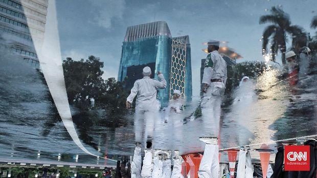 Sejumlah pihak berseragam putih-putih mengawal acara Munajat 212.