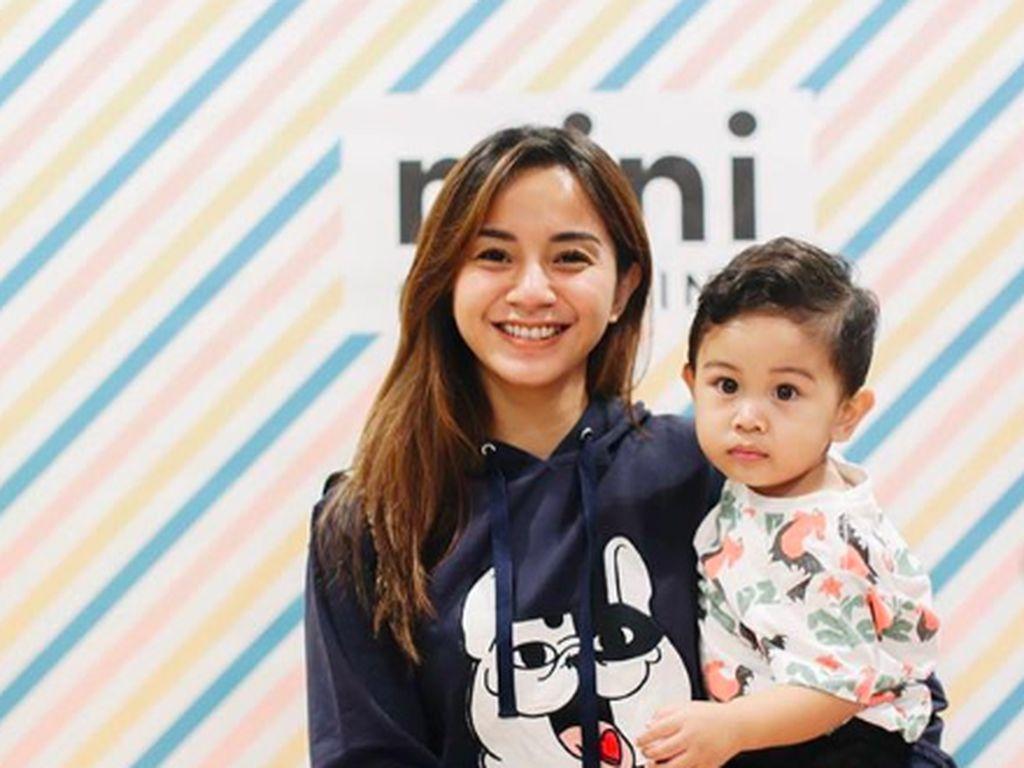8 Potret Kirana Larasati, Si Mama Gaul Sayang Anak