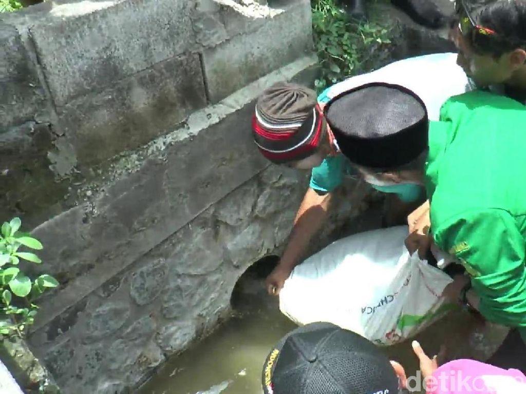 Warga Bersama GP Ansor Tutup Paksa Saluran Limbah Pabrik
