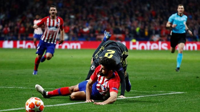 Diego Costa terjatuh setelah disenggol oleh Mattia De Sciglio. Wasit sempat menunjuk titi penalti, namun batal setelah melihat VAR. (Foto: Juan Medina/Reuters)