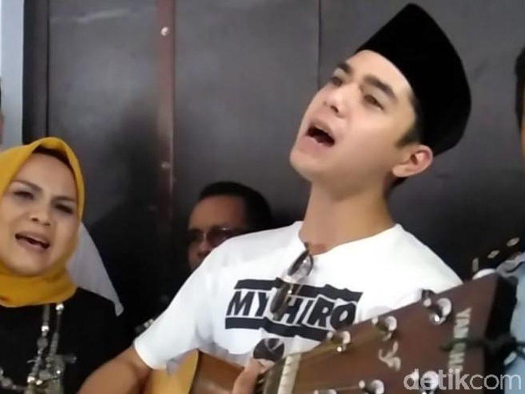 Nyanyian dan Dukungan Al Ghazali untuk Ahmad Dhani