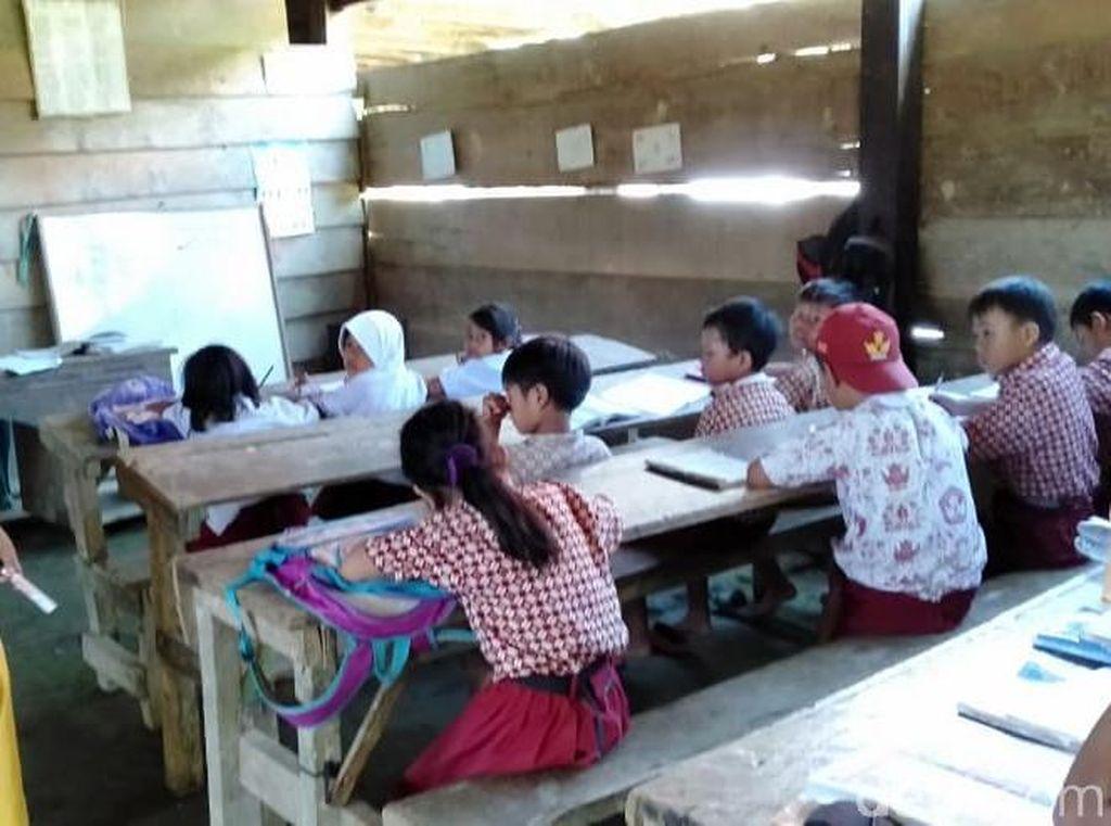Tak Punya Gedung Sekolah, Murid di Sulbar Belajar di Kolong Rumah