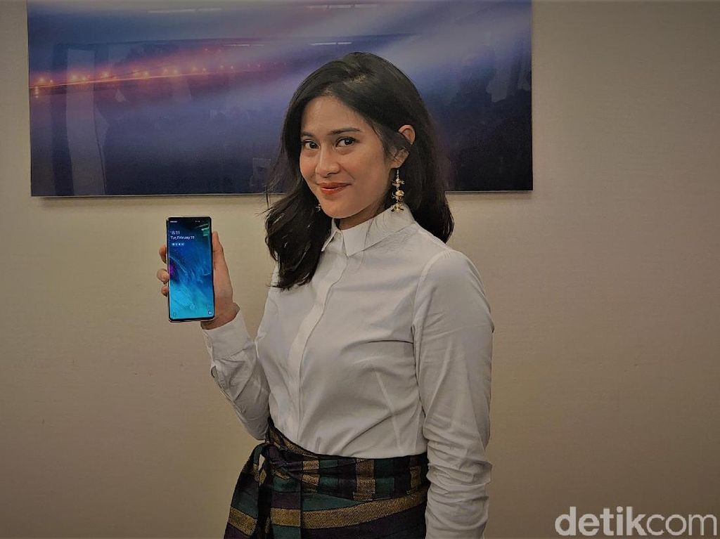 Bisa Bantu Kerjakan PR, Dian Sastro Pilih Samsung Galaxy S10+