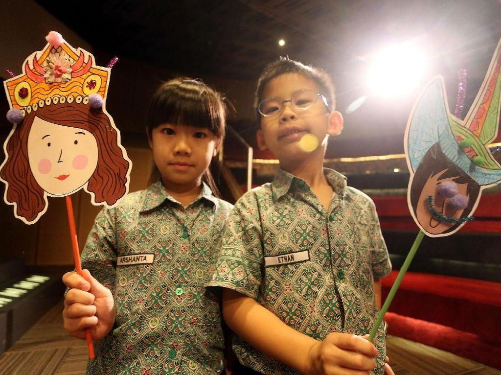 Puluhan Siswa SD Diajari Mewarnai Topeng Kertas
