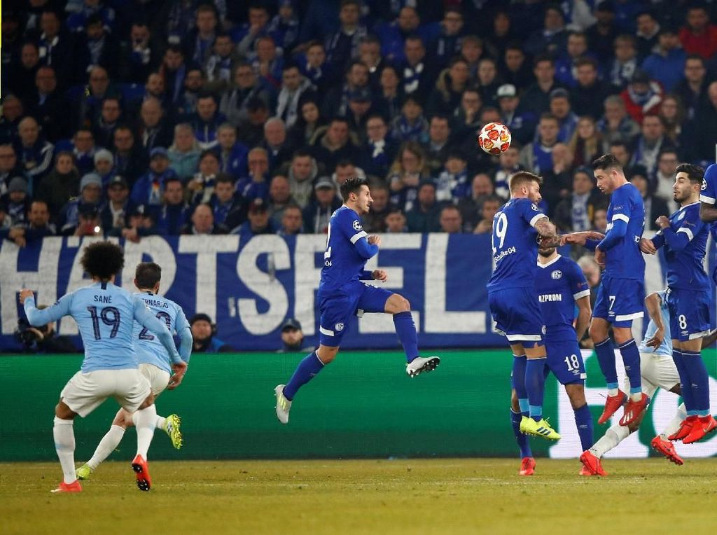 Schalke 04 Vs Manchester City, Bak Spiderman Lawan Thanos