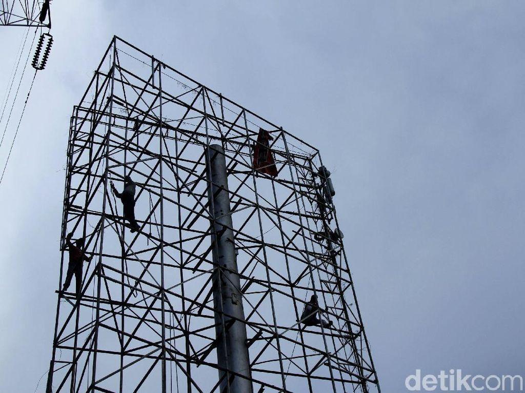 Reklame Ilegal di Jakarta Mulai Ditindak Tegas