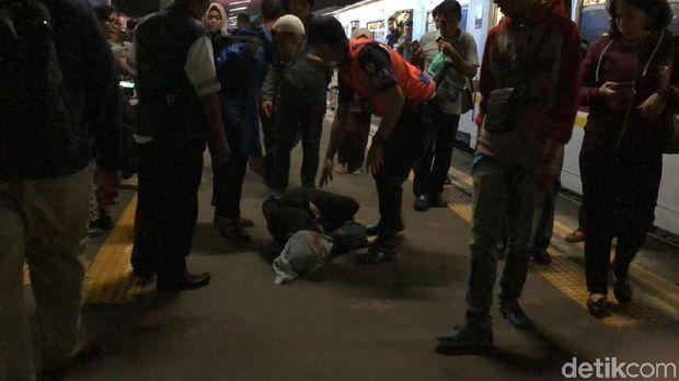 Gangguan KRL arah Bogor, Penumpang Ini Pingsan saat Turun di Ps Minggu