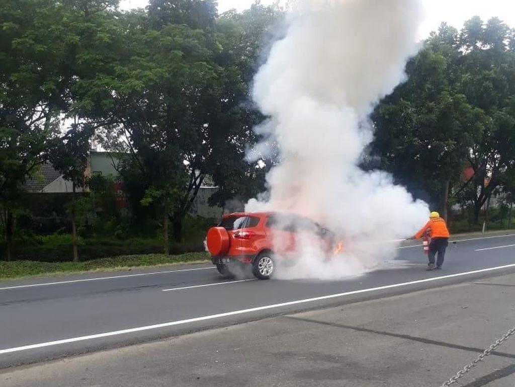 Tabrak Pantat Truk, Sebuah Mobil Terbakar di Tol Waru-Juanda