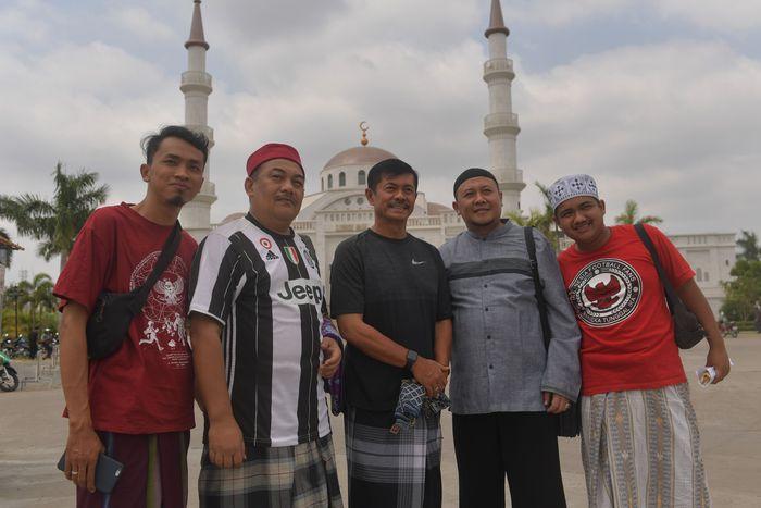 Pemain Timnas U-22 bersama pelatih Indra Sjafrie berfoto bersama sejumlah umat muslim Indonesia seusai melaksanakan Salat Jumat di Masjid Al-Serkal, Phnom Penh, Kamboja, Jumat (22/2/2019).