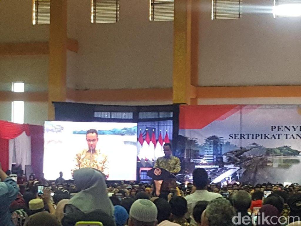 Jokowi Bagikan 2.000 Sertifikat Tanah di Jaksel, Anies Mendampingi