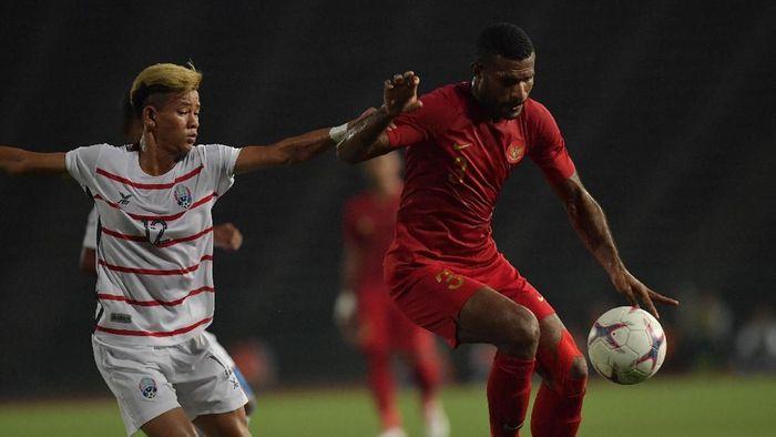 Marinus Wanewar (kanan) membawa Indonesia unggul atas Kamboja 1-0. (Foto: Nyoman Budhiana/ANTARA FOTO)