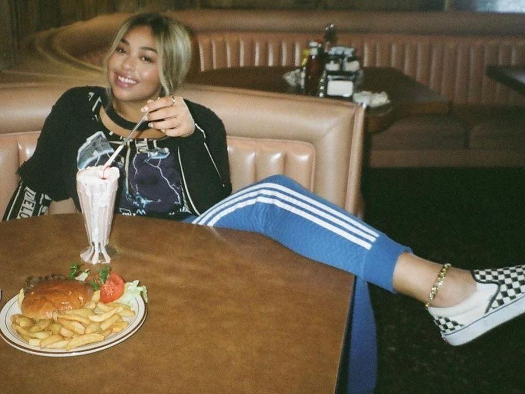 Gaya Keren Jordyn Woods, Mantan Sahabat Kylie Jenner Saat Makan Burger