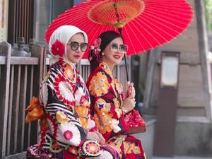 Trik Pakai Hijab Agar Tampak Lebih Tirus Ala Adik Syahrini