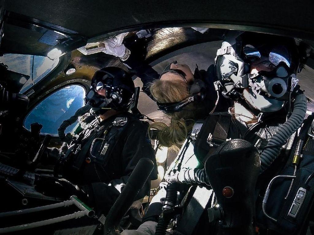 Virgin Galactic Terbangkan Penumpang Pertama ke Antariksa